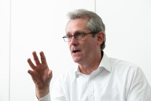 "<span class=""fontBold"">デービッド・アトキンソン氏</span><br> 1965年、英国生まれ。元ゴールドマン・サックス証券金融調査室長で現在は国宝・重要文化財の補修を手掛ける小西美術工藝社社長。『日本人の勝算 人口減少×高齢化×資本主義』(東洋経済新報社)など著書多数。(写真=的野 弘路、以下同じ)"