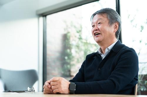 """<span class=""""fontBold"""">深澤 直人(ふかさわ・なおと)</span><br>1956年、山梨県生まれ。NAOTO FUKASAWA DESIGN代表、プロダクトデザイナー。1980年に多摩美術大学プロダクトデザイン学科を卒業し、同年セイコーエプソン入社。1989年ID Two (現 IDEO サンフランシスコ)入社、1996年IDEO東京オフィスを立ち上げる。2002年より現職。日本民藝館館長、多摩美術大学統合デザイン学科教授、21_21Design Sightディレクターなど日本のデザイン振興に貢献する多くの顔を持つ。良品計画デザインアドバイザリーボードも務め、デザイナーの立場から企業経営に参画する。(写真:吉成 大輔)"""