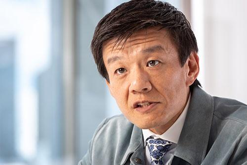 """<span class=""""fontBold"""">森岡毅(もりおか・つよし)刀CEO</span><br>1972年生まれ。神戸大学経営学部卒。96年、プロクター・アンド・ギャンブル(P&G)に入社し、北米パンテーンのブランドマネージャーなどを務める。2010年に転じたUSJでは、高等数学を用いた独自理論などを駆使し、業績を回復。17年に設立した「刀」の社名には、「グローバルで戦う企業の武器のような存在となって、日本を元気にしたい」との思いが込められている(写真:菅野勝男、以下同じ)"""