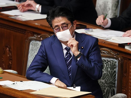 安倍晋三首相は急転直下で「一律10万円」の給付を決断した(写真:つのだよしお/アフロ)