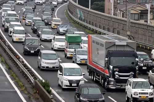 「Go To トラベル」事業開始後の連休、一部の高速道路では渋滞も見られた(写真:つのだよしお/アフロ)