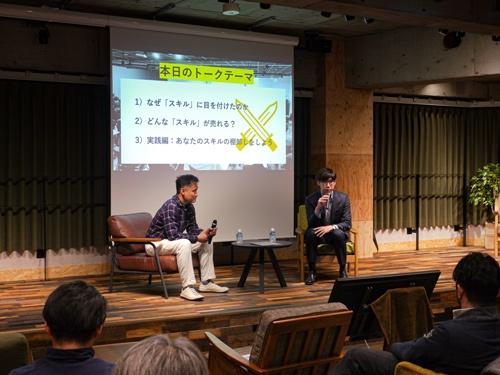 2月3日のRaise LIVEに登壇したストリートアカデミーの藤本崇社長(左)。モデレーターは記者の島津翔(右)(写真:ドリームムービー)