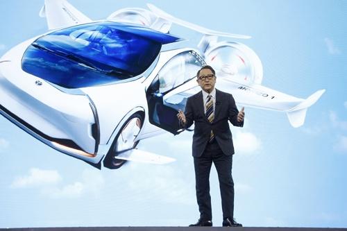 2020年の年明けに米ラスベガスで開催されたイベント「CES 2020」で、トヨタ自動車の豊田章男社長は、コネクテッドカーなどを使った新たなスマートシティー構想を発表。自動車産業を取り巻く環境変化への対応を急ぐ考えを改めて表明した。その一方で、従来の雇用の在り方のままでは変化へ対応できないとの危機感も強い(写真:AP/アフロ)