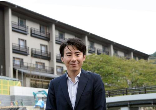 界 長門の開発を担当する石井芳明氏。20年3月の開業に向け、準備を進める(写真=森本勝義)