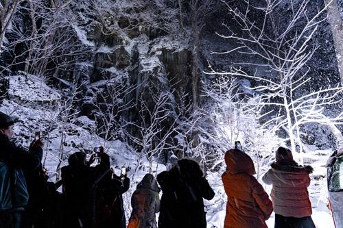 奥入瀬渓流ホテルで人気を集める夜の「氷瀑ライトアップツアー」(写真=尾苗 清)