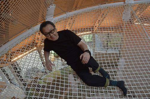 リゾナーレ那須のアクティビティセンター「ポコポコ」内の遊具上でほほ笑む星野リゾート代表の星野佳路氏(写真=栗原克己)
