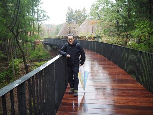 施設の一体感を高めるために敷地内に「橋」を新設した