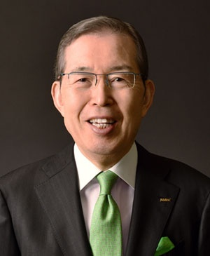 "<span class=""fontBold"">永守重信(ながもり・しげのぶ)氏</span><br><b>学校法人永守学園理事長、日本電産会長CEO</b><br>1944年生まれ。67年職業訓練大学校(現・職業能力開発総合大学校)電気科卒。ティアックなどを経て73年に日本電産を創業、社長に就任。経営不振企業のM&A(合併・買収)などを通じて世界一のモーターメーカーに育てた。2014年から会長兼務。18年6月から会長CEOに。私財100億円余りを投じて京都学園大学(現・京都先端科学大学)の改革に乗り出し、同大学を運営する京都学園(現・永守学園)理事長に就任した。"