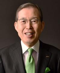 "<span class=""fontBold"">永守重信(ながもり・しげのぶ)氏<br /></span>学校法人永守学園理事長、日本電産会長CEO<br>1944年生まれ。67年職業訓練大学校(現・職業能力開発総合大学校)電気科卒。ティアックなどを経て73年に日本電産を創業、社長に就任。経営不振企業のM&A(合併・買収)などを通じて世界一のモーターメーカーに育てた。2014年から会長兼務。18年6月から会長CEOに。私財100億円余りを投じて京都学園大学(現・京都先端科学大学)の改革に乗り出し、同大学を運営する京都学園(現・永守学園)理事長に就任した。"