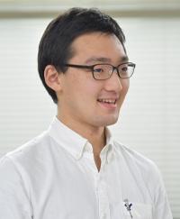 """<span class=""""fontBold"""">板橋竜太(いたばし・りゅうた)氏</span><br> 東京工業高等専門学校 情報工学科4年<br>  埼玉県生まれ。神奈川県横浜市育ち。公立の小・中学校から高専に入学。中学校のときに初めてプログラミングに触れ、その楽しさを知ったことをきっかけに、せっかくなら楽しめることを仕事にしたいと考え、高専の情報工学科を選択。入学後すぐに学内の「プロコンゼミ」というプログラミングのコンテストへの参加を目指す課外活動に所属し、1年生と3年生のときに高専プロコンに出場。3年生で開発リーダを担当した「てんどっく」は、高専プロコンで最優秀・文部科学大臣賞を獲得し、その後改良を加えて臨んだDCON2020にて最優秀賞を獲得した。"""