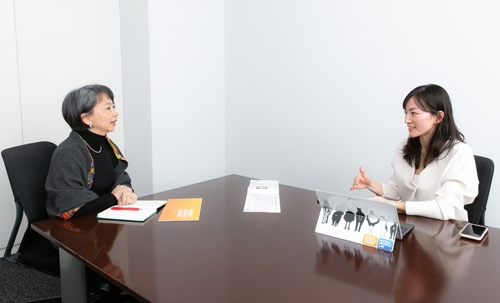 対談する三井物産労働組合の塩澤美緒委員長と、エール取締役の篠田真貴子氏(写真:的野弘路)