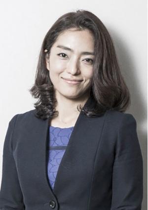 "<span class=""fontBold"">佐々木裕子(ささき・ひろこ)氏</span><br> リクシス 代表取締役社長 CEO。東京大学法学部卒。日本銀行を経て、マッキンゼーアンドカンパニーで同社アソシエイトパートナーを務める。マッキンゼー退職後、株式会社チェンジウェーブを立ち上げ、企業の「変革」デザイナーとしての活動を開始。変革実現のサポートや変革リーダー育成、個人や組織、社会変革を担いつつ、複数大手企業のダイバーシティ推進委員会有識者委員にも就任。自身の子育てに加え、愛知県在住の80代両親の介護も始まり、2016年株式会社リクシスを酒井と共に創業。多様性推進の目的と現実を理解しながら、画期的な両立支援の在り方を定義する。"
