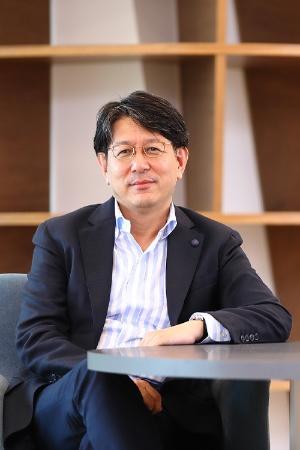 "<span class=""fontBold"">加藤雅則氏</span><br> アクション・デザイン代表<br> 日本興業銀行、環境教育NPO、事業投資育成会社などを経て現職。2000~2007年、日本にコーアクティブ・コーチングを紹介し普及させた一人。2000年以来、上場企業を中心とした人材育成・組織開発に従事する。経営陣に対するエグゼクティブ・コーチングを起点とした対話型組織開発を得意とする。「両利きの経営」の提唱者であるオライリー教授(スタンフォード大学経営大学院)の日本における共同研究者。大手上場企業を中心に、組織開発・後継者育成に関するアドバイザーを務める。"