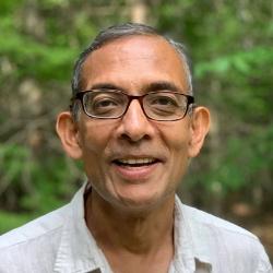 "<span class=""fontBold"">アビジット・バナジー氏</span><br /> 米マサチューセッツ工科大学(MIT)経済学部教授<br />1961年生まれ。インドのコルカタ大学卒、ジャワハラール・ネルー大学修士課程修了。88年に米ハーバード大学で経済学の博士号(Ph.D.)を取得。2019年、マイケル・クレマー米ハーバード大学経済学部教授、配偶者でもあるエステル・デュフロMIT経済学部教授らとノーベル経済学賞を共同受賞。専門は開発経済学と経済理論。近著に共著『<a class=""textColRed"" href=""https://www.amazon.co.jp/dp/B0876Z87XK/"" target=""_blank"">絶望を希望に変える経済学</a>』(日本経済新聞出版)。"