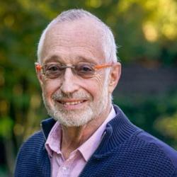 "<span class=""fontBold"">ポール・ミルグロム(Paul Milgrom)氏</span><br />米スタンフォード大学教授<br />2020年ノーベル経済学賞を受賞。1948年米国デトロイト生まれ。70年に米ミシガン大学を卒業、保険数理士(アクチュアリー)の仕事に数年間従事した後、78年米スタンフォード大学経営大学院でPh.D.を取得。87年から現職。著書に『組織の経済学』(ジョン・ロバーツ氏との共著、NTT出版)、『オークション 理論とデザイン』(東洋経済新報社)などがある。(写真: AP/アフロ)"