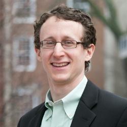 """<span class=""""fontBold"""">スコット・コミナーズ氏</span><br> 米ハーバード経営大学院准教授<br> ハーバード大学で数学を専攻、2009年に最優等で卒業。10年に同経済学修士、11年に経済学博士(Ph.D.)。米シカゴ大学、ハーバード大学フェローなどを経て17年から現職。専門はマーケットデザイン。"""