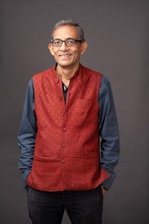 "<span class=""fontBold"">アビジット・バナジー(Abhijit Banerjee)</span><br />米マサチューセッツ工科大学(MIT)経済学部教授<br />1961年生まれ。インドのコルカタ大学卒、ジャワハラール・ネルー大学修士課程修了。88年に米ハーバード大学で経済学の博士号(Ph.D.)を取得。2009年インフォシス賞受賞。11年、フォーリンポリシー誌が選ぶ世界の思想家100人に選ばれた。19年、マイケル・クレマー米ハーバード大学経済学部教授、配偶者でもあるエステル・デュフロ米MIT経済学部教授らとノーベル経済学賞を共同受賞。専門は開発経済学と経済理論。デュフロ教授との最新の共著として『<a class=""textColRed"" href=""https://www.amazon.co.jp/dp/B0876Z87XK/"" target=""_blank"">絶望を希望に変える経済学</a>』(日本経済新聞出版)を出版。(写真:Nastasia Verdeil)"