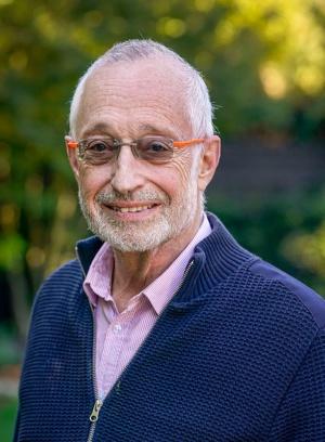 "<span class=""fontBold"">ポール・ミルグロム(Paul Milgrom)氏</span><br>米スタンフォード大学教授<br>2020年ノーベル経済学賞を受賞。1948年米国デトロイト生まれ。70年に米ミシガン大学を卒業、保険数理士(アクチュアリー)の仕事に数年間従事した後、78年米スタンフォード大学経営大学院でPh.D.を取得。87年から現職。著書に『組織の経済学』(ジョン・ロバーツ氏との共著、NTT出版)、『オークション 理論とデザイン』(東洋経済新報社)などがある。(写真: AP/アフロ)"