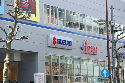 工場だけでなく、販売現場にも鈴木修氏の信奉者は多い。写真はスズキ自販東京(YUTAKA/アフロ)