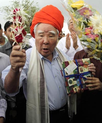 日本の自動車メーカーとして初めてインドに進出した先駆者でもある。写真は、2012年、クジャラート州の工場建設地の視察風景(写真:AP/アフロ)