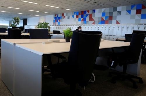 テレワークが広がりオフィスでは空席が目立つように(写真:ロイター/アフロ)