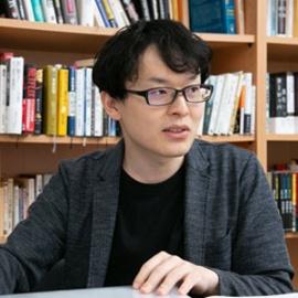 "<span class=""fontBold"">杉浦泰(すぎうら・ゆたか)<br> 社史研究家兼ウェブプログラマー</span><br> 1990年生まれ、神戸大学大学院経営学研究科を修了後、みさき投資を経て、現在は社史研究家兼ウェブプログラマーとして活動。社史研究は2011年からスタートし、18年1月から長期視点をビジネスパーソンに広める活動を開始(ウェブサイト「決断社史」)。現在はウェブサイト「The社史」を運営する"