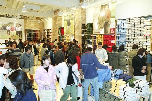 1枚1900円のフリースジャケットなどを大量に販売し大ブームを巻き起こす。写真は1999年(写真:読売新聞/アフロ)