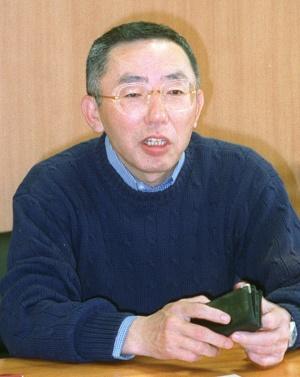 フリースブームを起こした当時のファストリの柳井正社長(写真:読売新聞/アフロ)