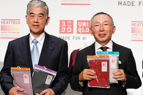 ファストリは東レと共同でヒートテックなどを開発してきた。左は東レの日覺昭廣社長。写真は2011年(写真:アフロ)
