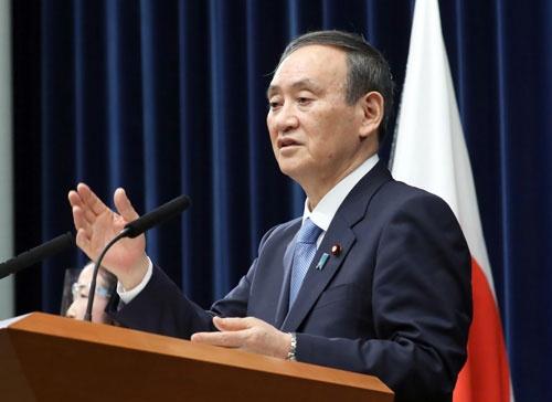 菅義偉首相は1月4日午前に開催した年頭記者会見で、首都圏への緊急事態宣言を再発令する検討に入ると表明した(写真:共同通信)