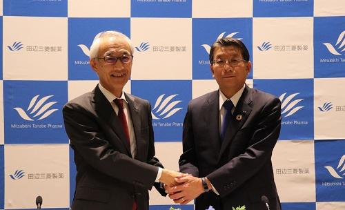 次期社長に就任する上野裕明取締役常務執行役員(右)。三津家正之社長は代表権を持たない取締役となる