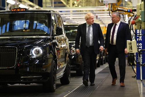 LEVCの工場を歩くボリス・ジョンソン英首相(左)。右がホフマンCEO(写真:WPA Pool / Getty Images)