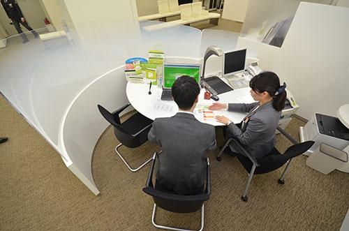 三井住友銀行では行員と個人客が隣り合って着席する「寄り添いブース」を設けている。