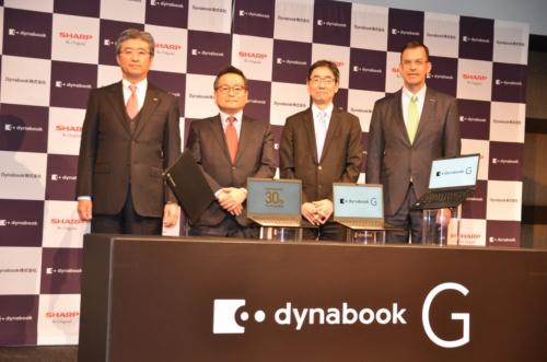 30周年記念モデルに自信を見せるダイナブック会長の石田佳久氏(左から2番目)