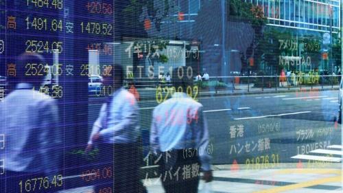 積み立て投資を続ければ、株式市場が変動しても十分な資産形成ができると言われるが……(写真:PIXTA)