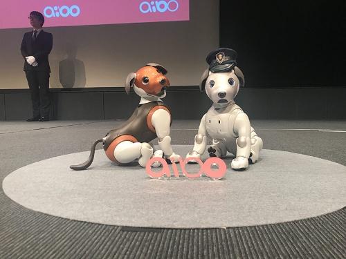 発売から1年が経過したaiboが、おまわりさんに。左はビーグル犬をイメージした2019年の限定色aibo