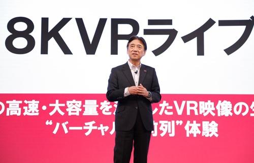 音楽ライブの8K映像を生配信する「8KVRライブ」を発表するNTTドコモの吉沢和弘社長(写真:NTTドコモ提供)