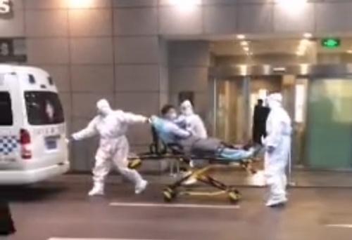 防護服に身を包んだスタッフと患者(上海市)