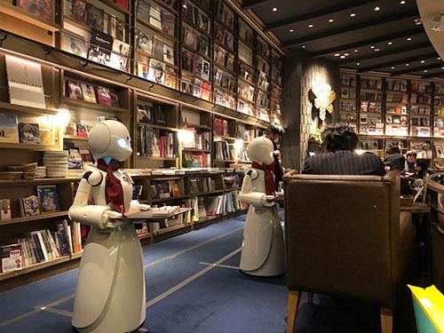 ヒト型のロボットが、飲み物や料理をテーブルまで運んだり、利用客と会話をしたりする
