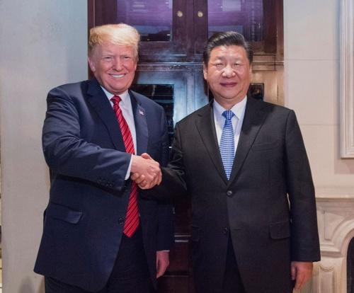 18年12月1日の米中首脳会談でトランプ米大統領(左)は中国の習近平国家主席(右)に対して、貿易などの協議で合意しなければ対中関税を引き上げると詰め寄った(写真:新華社/アフロ)