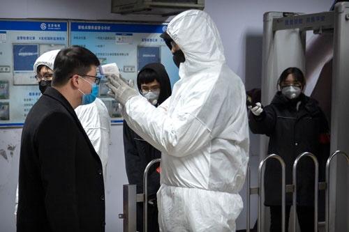 北京の地下鉄では駅に入る乗客の体温を測る措置を取っている(写真:AP/アフロ)