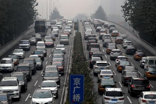 中国の新車市場は昨年、28年ぶりに前年割れ(写真:AP/アフロ)