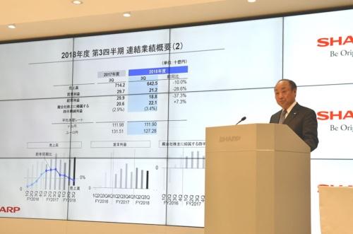 決算発表するシャープの野村勝明副社長