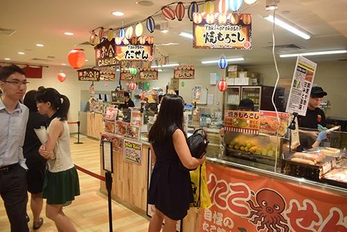 シンガポールの「DON DON DONKI」の店内。「焼きもろこし」が人気だ。