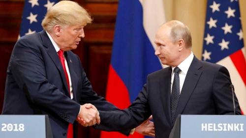 トランプ米大統領(左)とロシアのプーチン大統領(右)。中距離核戦力の扱いをめぐって、米ロは対立しているのか、思惑を同じくしているのか。(写真:ロイター/アフロ)