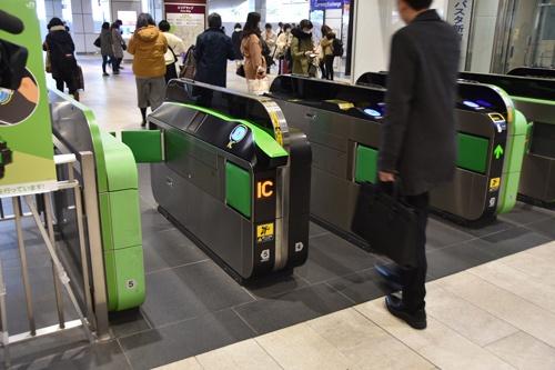 JR東日本が新宿駅新南改札に設置した新型の改札機。ICカードのタッチ部分が斜めになっている