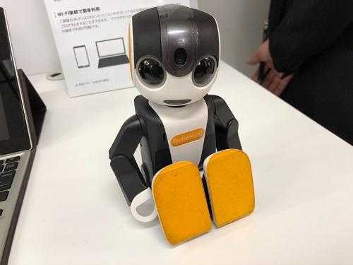 シャープが発売した小型ロボット「ロボホン」の新機種