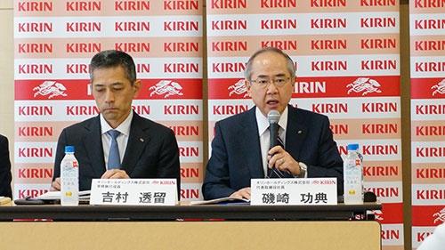 キリンHDの磯崎社長(写真右)は「医薬、健康事業を売却してはキリンそのものが崩れてしまう」と強調した