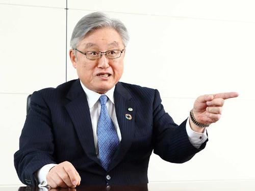 日立の東原敏昭社長兼CEOは「向こう(子会社)の判断で決めてくる」と話す(写真:北山 宏一)