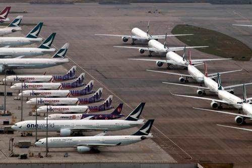 香港国際空港に並ぶキャセイパシフィック航空と子会社、香港エクスプレス航空の航空機(写真:AP/アフロ)